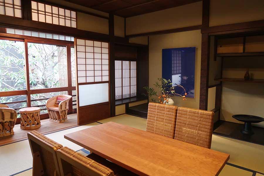 写真家・小山泰介さんの作品を展示、東京・代々木上原の「Roundabout」の小林和人さんが家具をセレクト。サロンは建築家の田根剛さんがデザイン