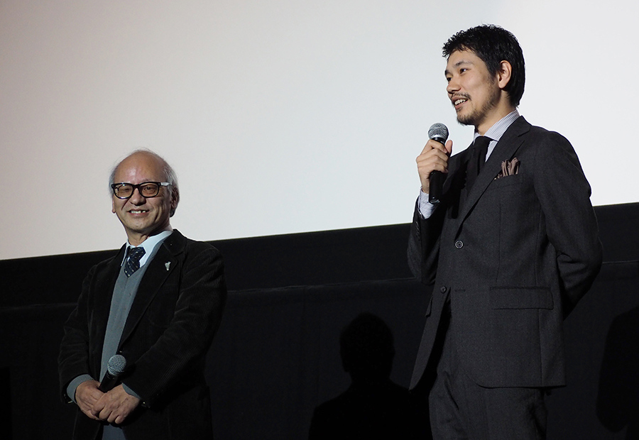 舞台挨拶には村山聖の師匠で、松山に将棋の指導をおこなった森信雄八段(左)も登場(8日・なんばパークスシネマ)