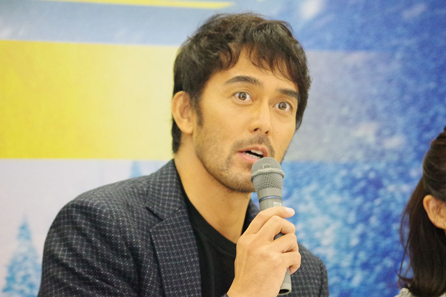 阿部にとっては、『新参者シリーズ』に続いて2作目の東野圭吾作品。「また新たな東野さんの作品との付き合いができたと思っています」と阿部