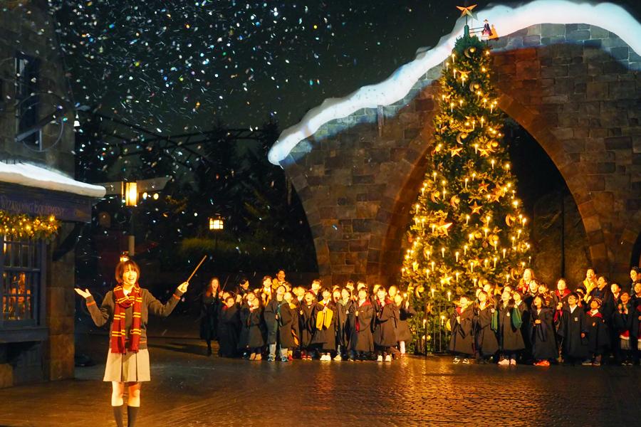 魔法をかけるとツリーが点灯、空から雪が舞って幻想的な雰囲気に