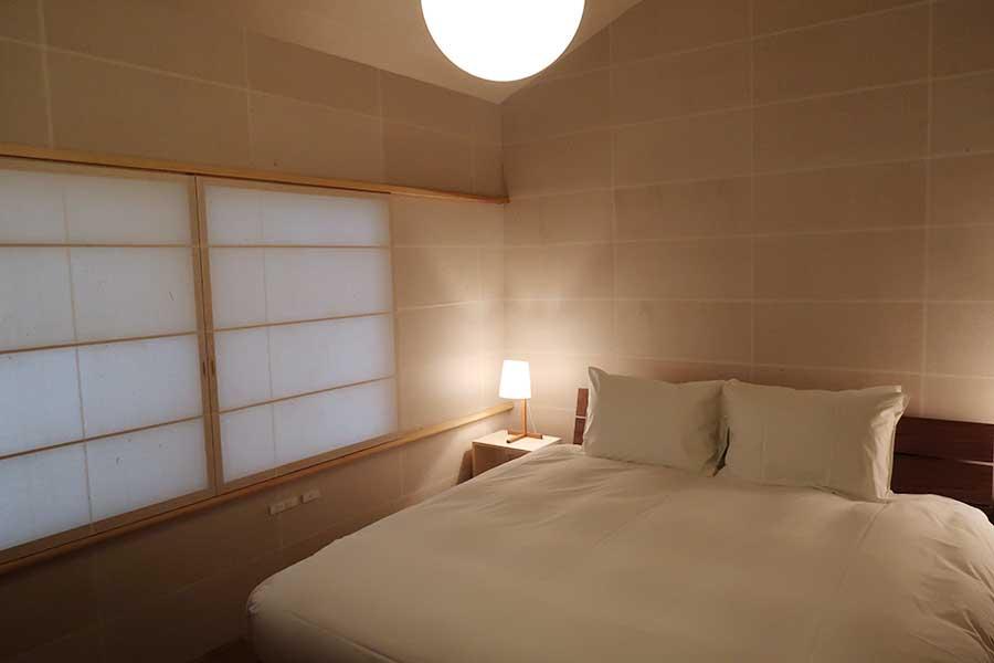 1号室の客室は、障子紙に壁が覆われたアートな空間に