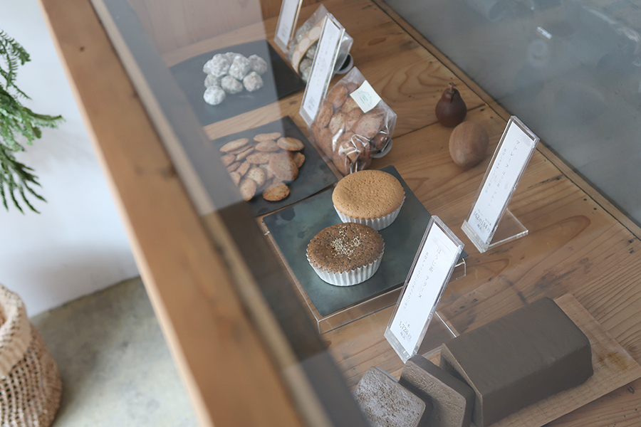 左から「小岩」303円。「ラングドシャ」270円。「マドレーヌ」プレーン162円、ほうじ茶184円