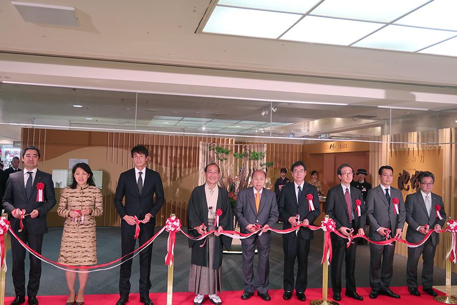 次期家元・池坊専好(左から2番目)、吉田栄作(左から3番目)家元四十五世・池坊専永(左から5番目)らがテープカット