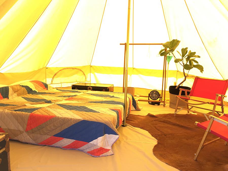 テント内にはベッドやチェアのほか、冷蔵庫や電源もあり。デイキャンプではテントも利用できる