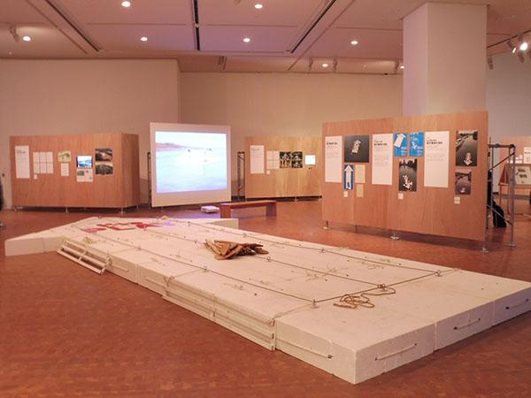 《現代美術の流れ》1969年/《ナカノシマ現代美術の流れ》2011年/《La Seine/現代美術の流れ》2012年(展示風景写真)
