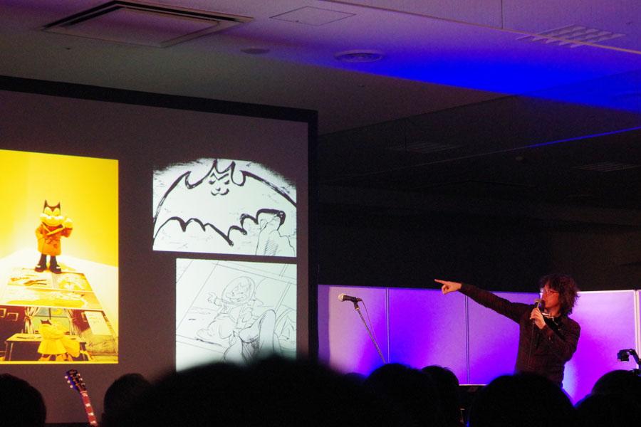 自分で作ったという漫画『BILLY BAT』のフィギュアを説明する浦沢(25日、大阪市)