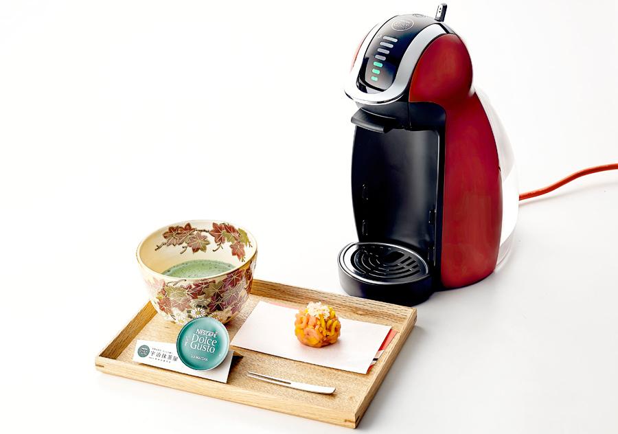 京菓子と茶器はランダムで提供される(右が「ネスカフェ ドルチェ グスト」マシン)
