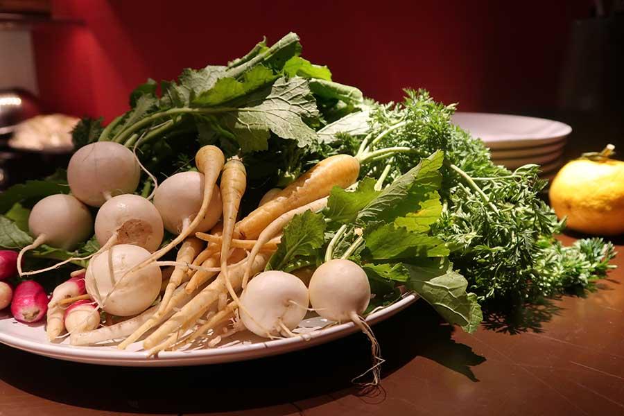 朝食をいただくサロンは朱色のモダンな空間。京都近郊の旬の野菜がたっぷりいただける