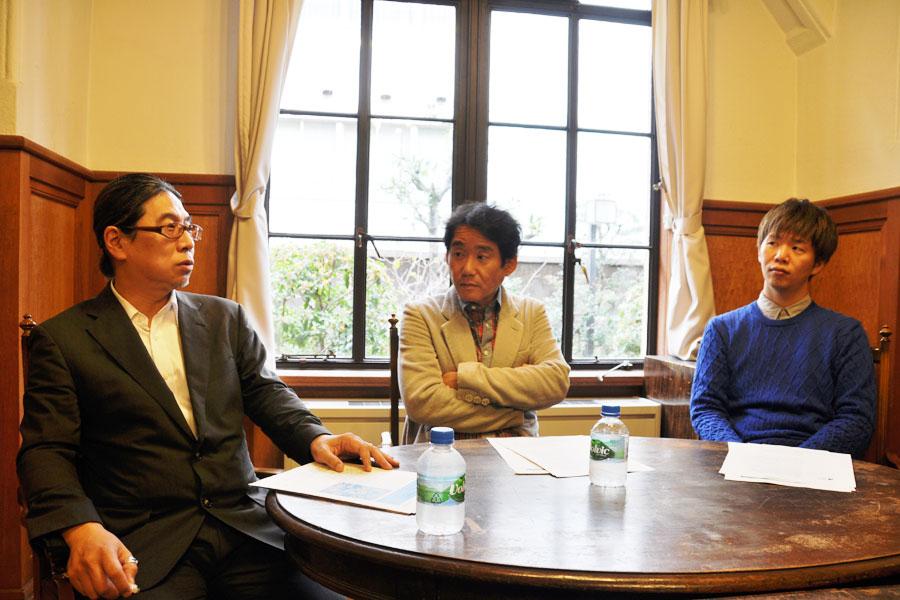 舞台『やわらかなかぐら』の会見より、左から、「この神楽を奉納することで、観ている人たちの強い思いをサポートする場を形成できたら」と語る小林昌廣、いしいしんじ、杉原邦生(10月28日、京都芸術センター)