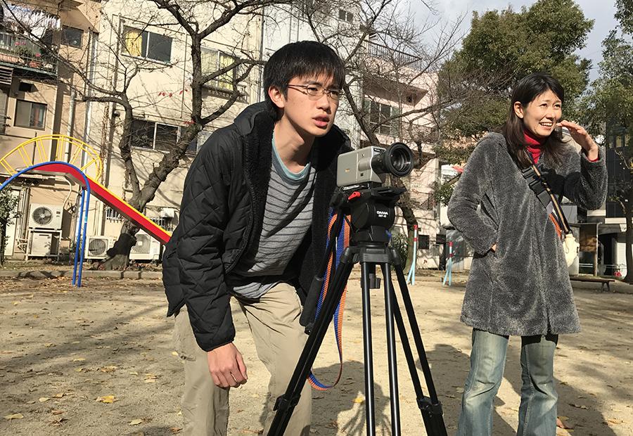 8ミリフィルムを使った映画作りを体験する参加者たち(23日・大阪市内)