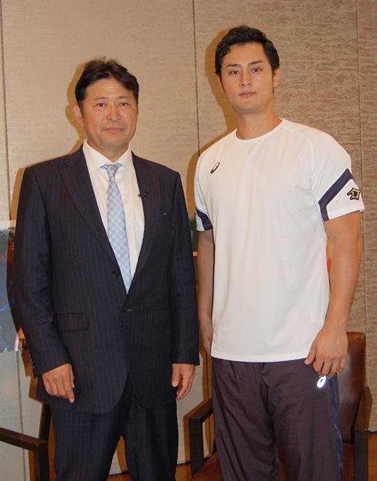 大リーグ・レンジャーズのダルビッシュ有投手(右)と、横浜DeNAベイスターズの光山英和バッテリーコーチ