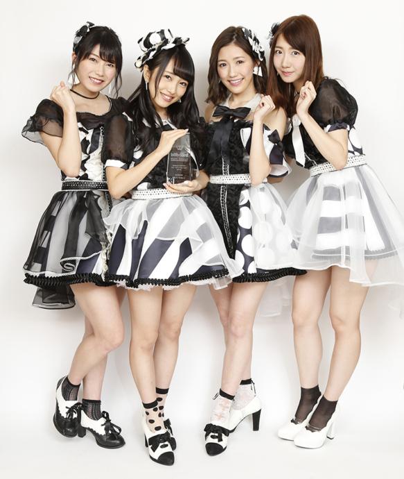 受賞を喜ぶAKB48のメンバー(左から、横山由依、向井地美音、渡辺麻友、柏木由紀)