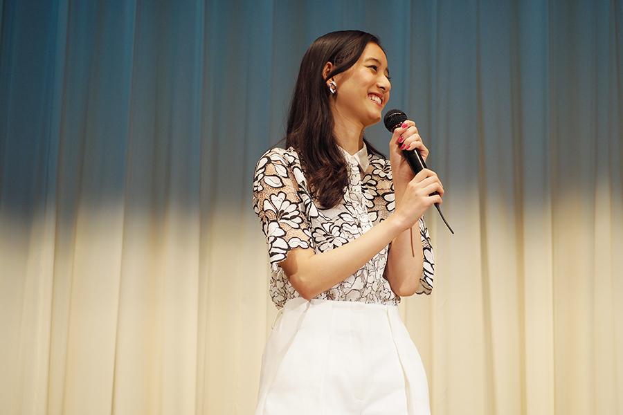 映画『僕らのごはんは明日で待ってる』の舞台挨拶に登場した新木優子(17日・大阪市内)