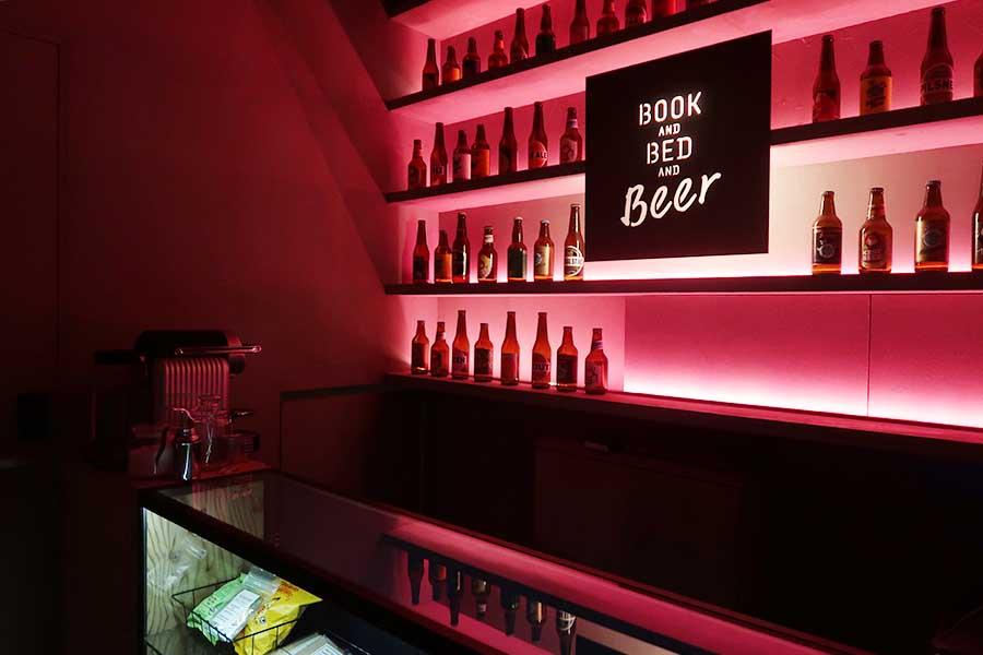 京都店では、バースペースでクラフトビールやスナックを販売。ビール片手に読書を