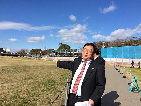 「『てんしば』にステージを作り、さまざまな屋台が出店します」と説明する、実行委員長の張永勝さん(『2017中国春節祭 in 大阪天王寺』、1月27日より)