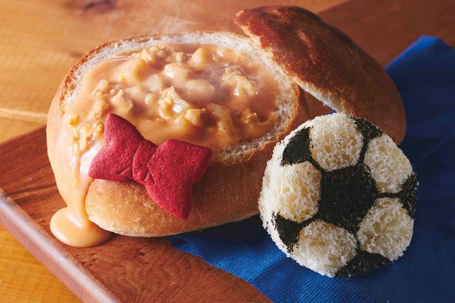 寒い冬にはうってつけの温かいスープを味わえる「コナンのまるごとパンスープ〜トマトチキンチャウダー〜」