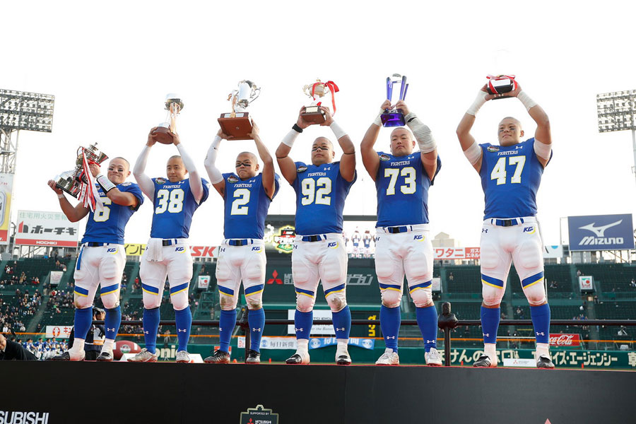 全日本大学アメリカンフットボール選手権大会の表彰式で優勝杯を掲げる関西学院大学の選手(18日、阪神甲子園球場)