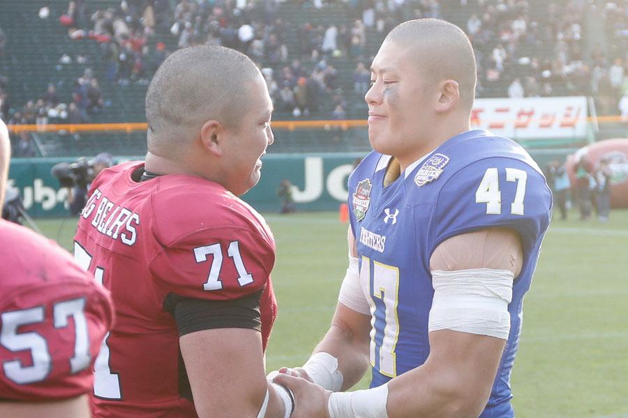 試合後お互いの健闘を讃え合う早大・松原主将と関学大・山岸主将