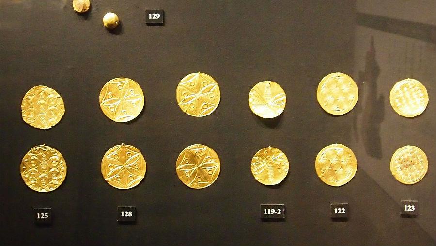 紀元前1500年ごろに作られた金の円形飾り板。金は当時から最高の装飾品