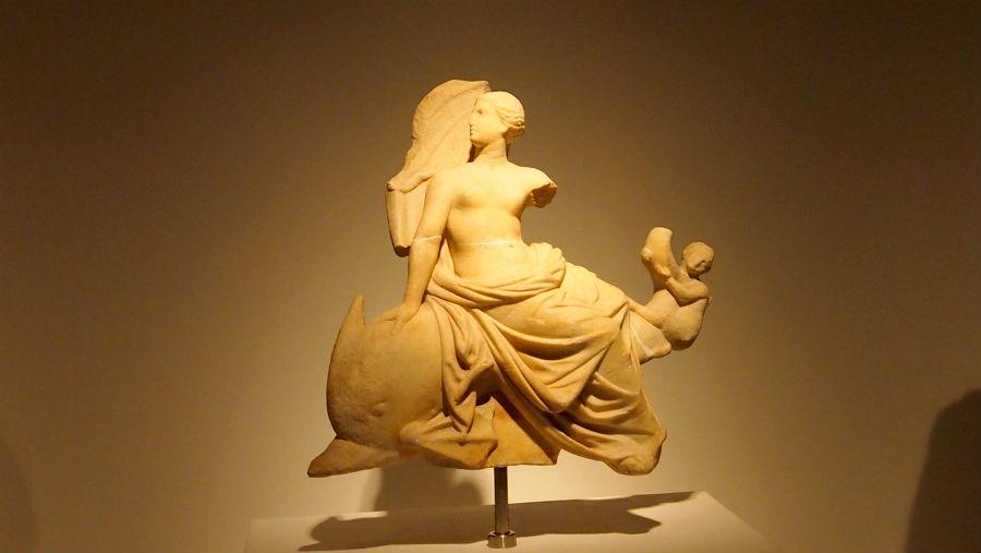 「イルカに乗ったアフロディテ像」前2~前1世紀/タソス島、ポセイドン神域出土/高35.0cm/大理石/タソス考古学博物館蔵