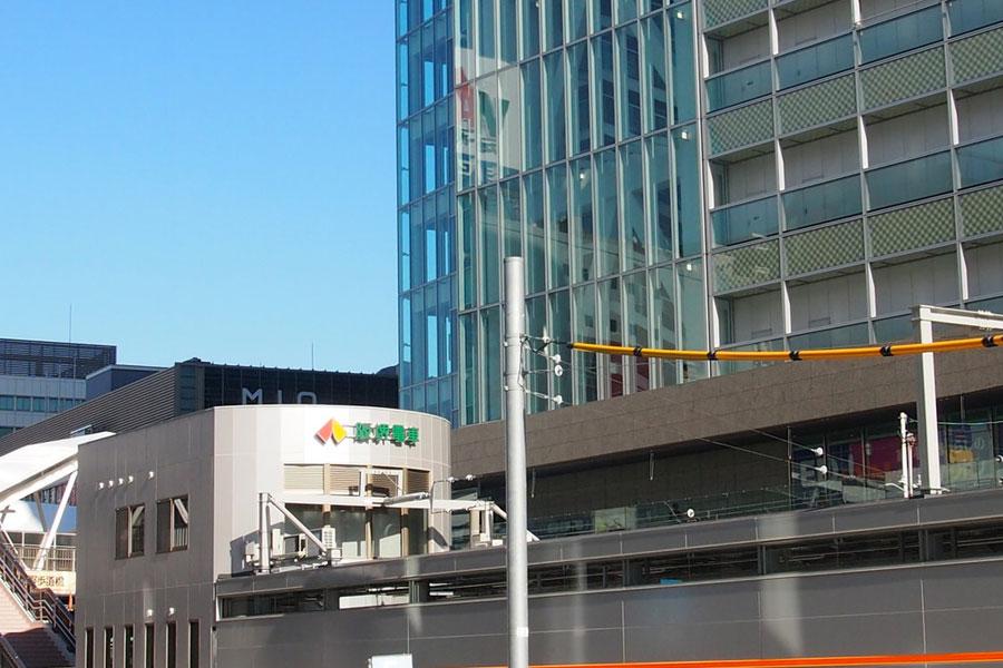手前が天王寺駅前駅の新駅舎。奥にはあべのハルカス、JR天王寺駅が見える