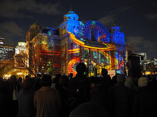 美しい中央公会堂の柱や窓枠を活かした映像に、大勢の来場者が魅了されていた(14日、大阪市中央公会堂)