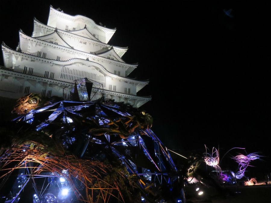 大天守にもっとも近い広場「備前丸」では、アート作品が展示。南側に広がる市内の夜景と楽しむ