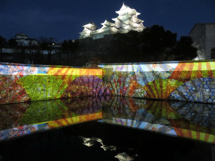 三国堀の水面に映り込む映像と「逆さ姫路城」。水面が波立たない風のない日がおすすめ