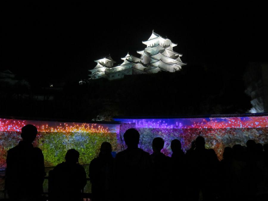 真っ白に輝く姫路城をバックに投影される映像は、来場者を魅了した(2日、姫路市)