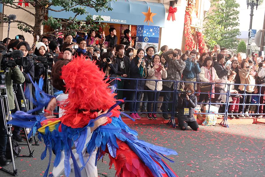 パレードのクルーとハグする三田寛子