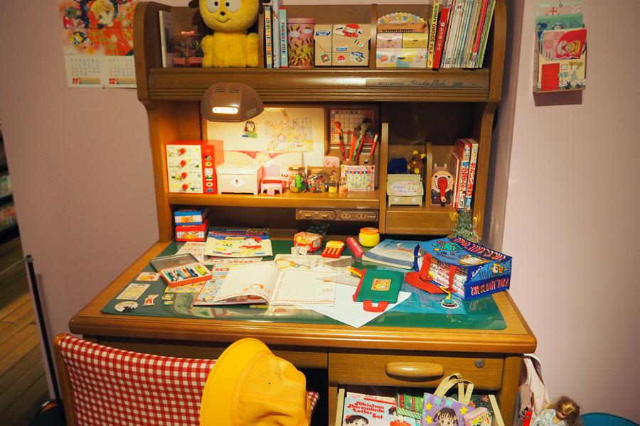 1990年代の小学生の学習机を再現。常にふろくがあふれていた