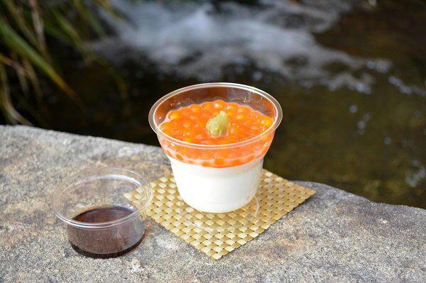 タピオカと杏仁豆腐がいくら丼にそっくりなスイーツ「いくらちゃん丼」500円(3/3まで)