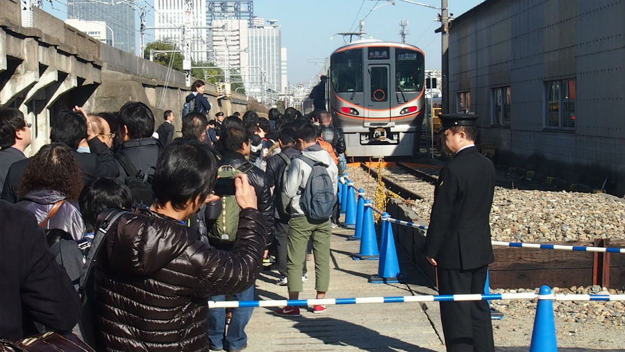 参加倍率はなんと12.1倍。大阪環状線新型車両の一般初公開に胸をおどらせる参加者(3日、大阪市)
