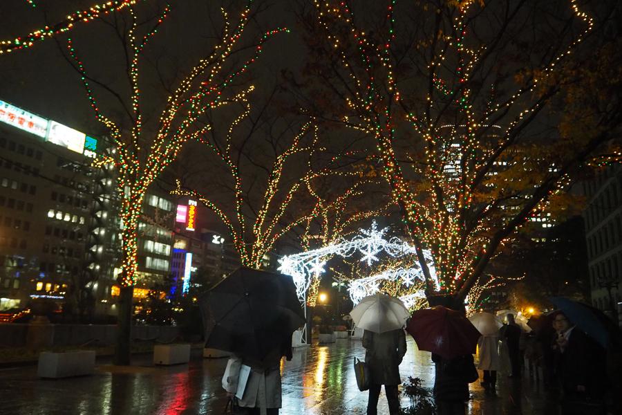 クリスマスの音楽に合わせて光輝くイルミネーションストリート