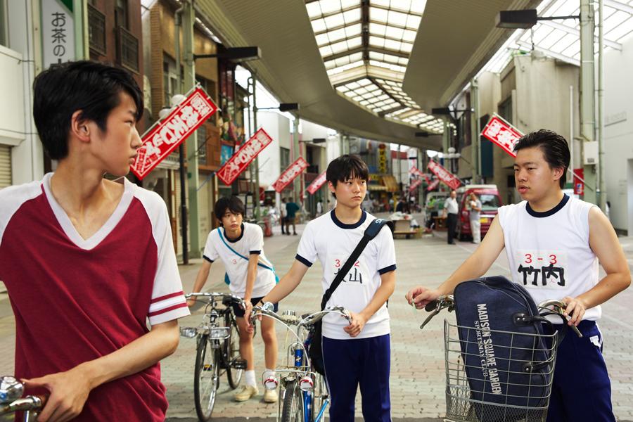 主人公のタカシを演じた犬飼直紀(右から2番目)をはじめ、オーディションで選ばれた4人