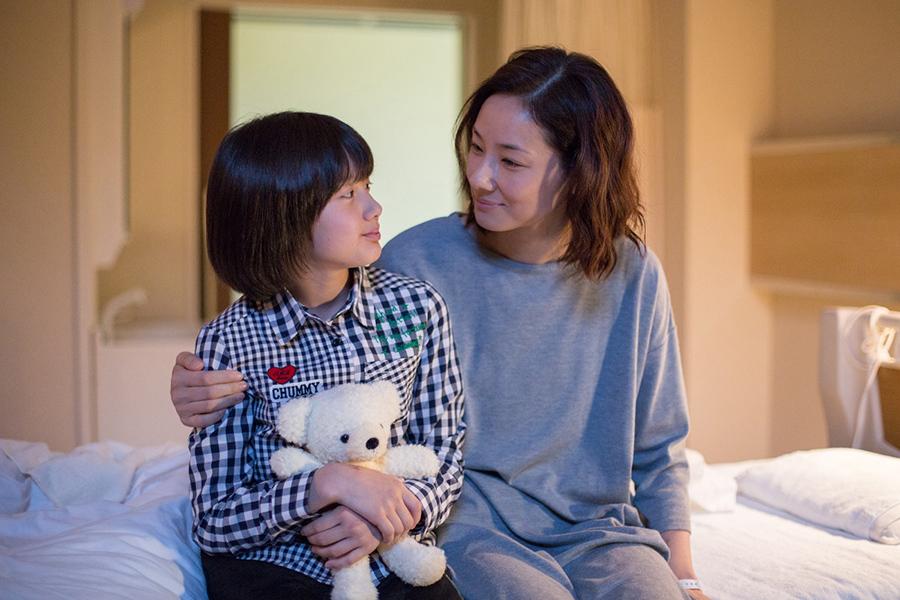 吉田羊(右)と娘・真央を演じた藤澤遥