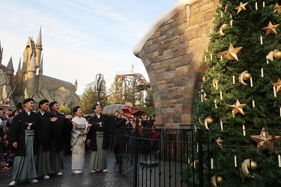 クリスマス期間は「ロコモーター」と杖を手にツリーに向かって唱えると、オーナメントが動き出す