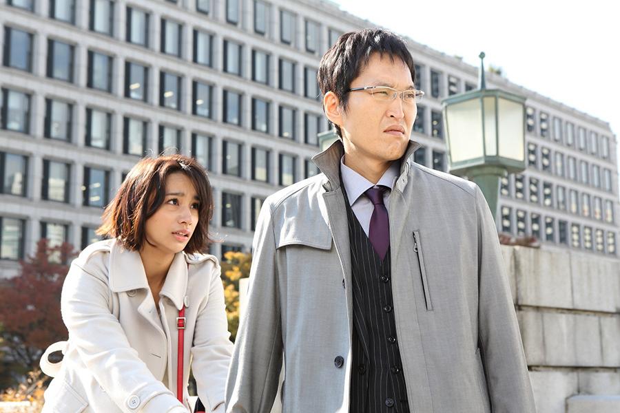 「ミナミの鬼」こと萬田銀治郎を演じる千原ジュニア(右)とヒロイン・高橋メアリージュン