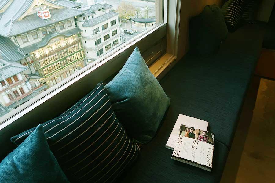 三方が窓に囲まれて、開放感あふれる空間に。奥行きのあるソファでゆっくり