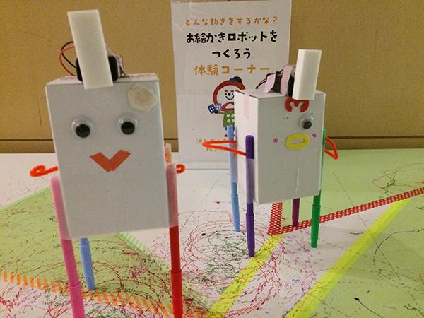 会場には「お絵かきロボット」を作るなど、ワークショップの体験コーナーも(『ミュージックフェスティバル チームラボジャングル』、1月9日まで)