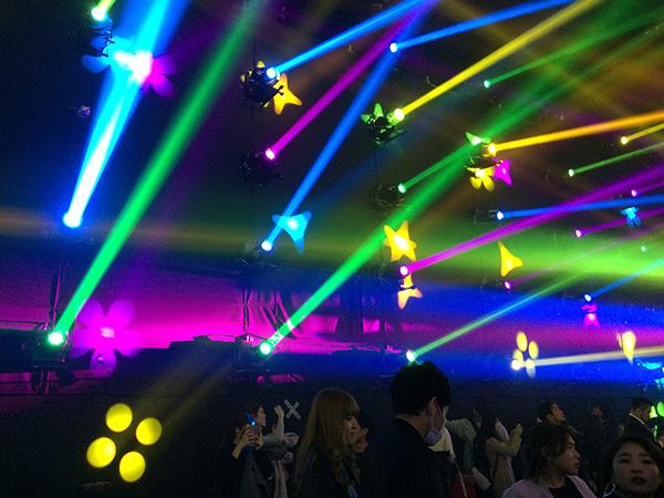 壁面に映し出された星や花の形に触れると音が出る仕組みに(『ミュージックフェスティバル チームラボジャングル』、1月9日まで)