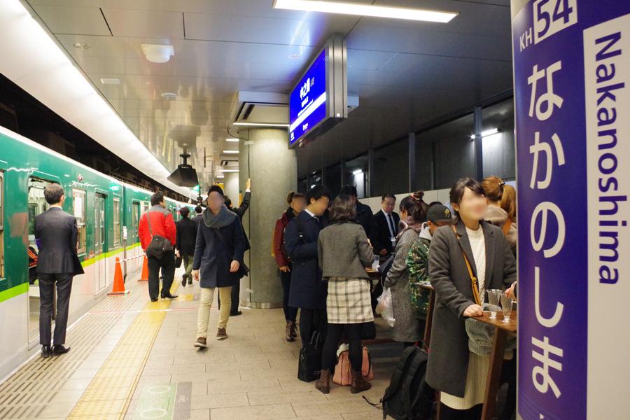 ホームで立ち飲みを楽しむ人々(14日、京阪電車中之島駅)