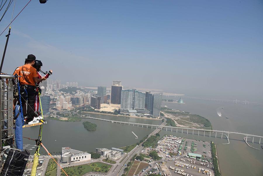 高さ233メートルのバンジージャンプに、震え上がる高所恐怖症の上西