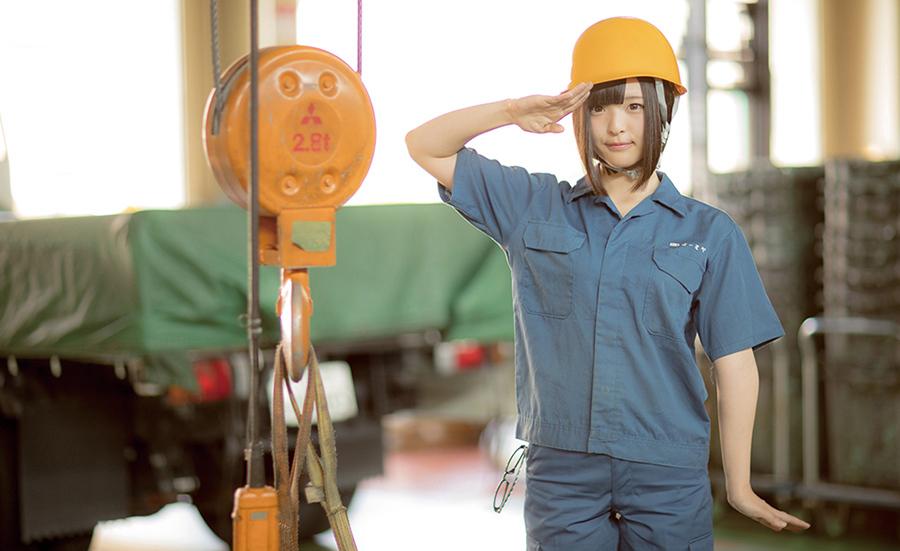 大阪府出身のコスプレイヤー「肉球あやと」さんをモデルに製作されたカレンダー