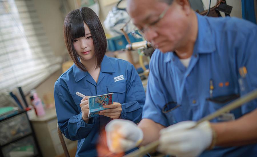 カレンダーでは、町工場の新入社員が経験する、面接から入社、仕事での挫折と成功の姿を描いている