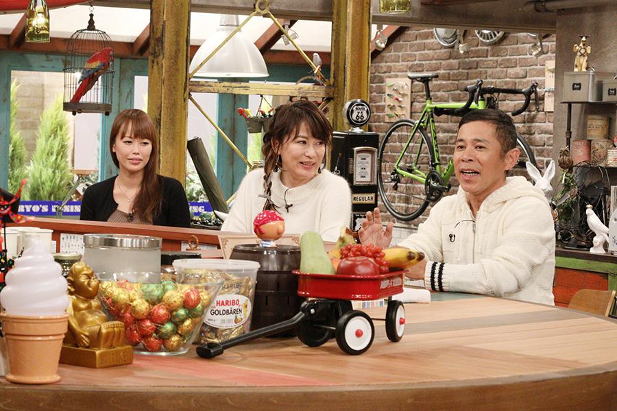 カンテレ『おかべろ』に出演する鈴木砂羽(中央)と岡村隆史(右)、左が鈴木のマネージャー
