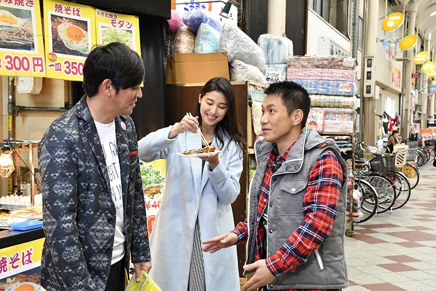 大阪・十三の商店街で買い食いを楽しむ橋本マナミ(中央)とますだおかだ