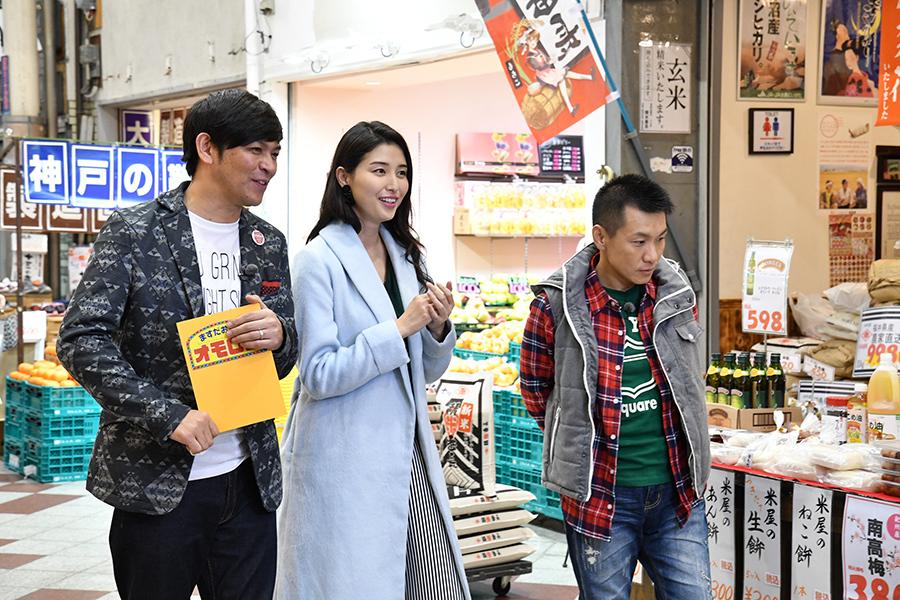 初めての大阪ロケを楽しむ橋本マナミ(中央)と、進行役のますだおかだ