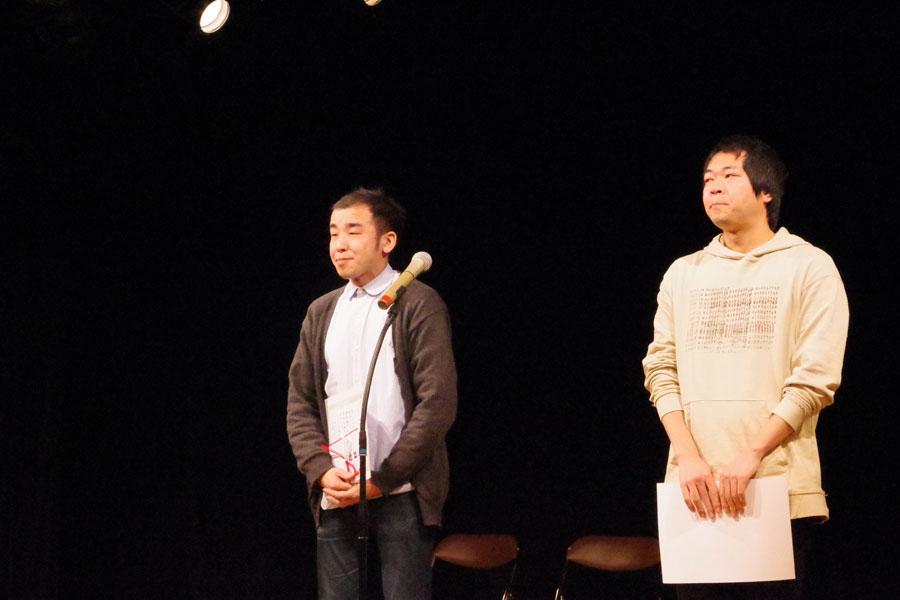 第23回OMS戯曲賞で大賞に輝いた福谷圭祐(右)と佳作の橋本健司(6日、大阪府吹田市)