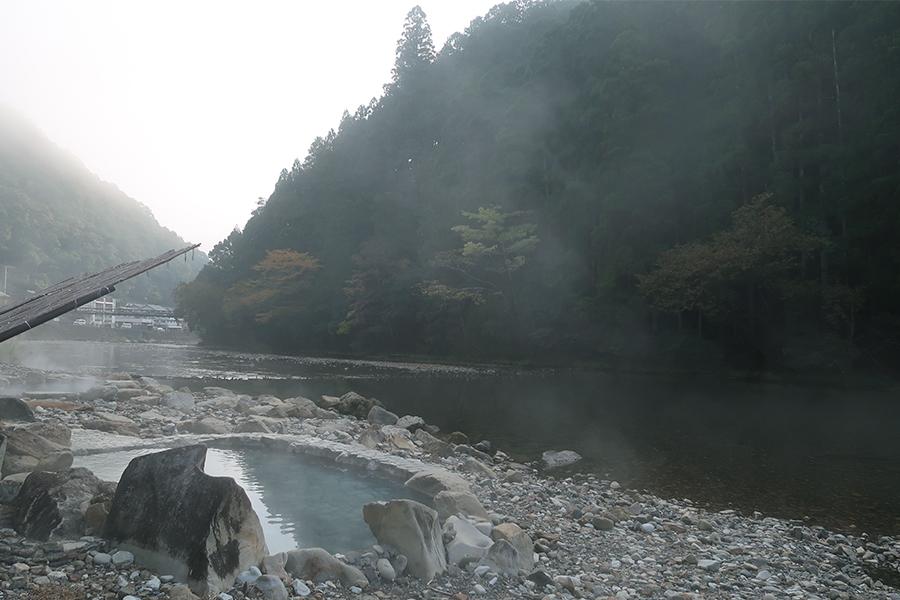 「山水館 川湯 みどりや」にて、山と川を眺めながら、温泉を満喫。夜空も絶景なので、宿泊がおすすめ